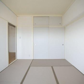 洋風のインテリアにも合うカラー畳を用いていて、さらに襖の縁なども白で揃えているため、スタイリッシュな雰囲気です。