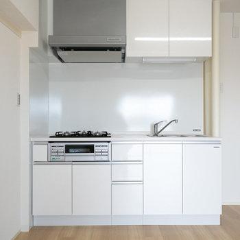 真っ白のシンプルなシステムキッチンが嬉しい!