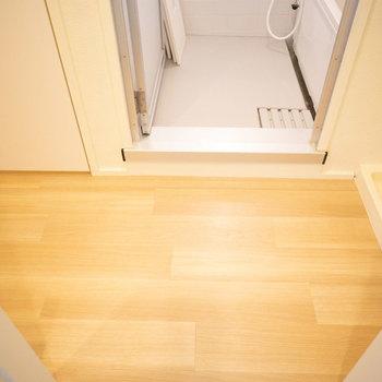 脱衣所はカーテンレールで仕切るタイプ。洗濯機置場も脱衣所にあって便利です。