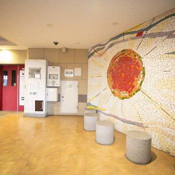 エレベーターホールにはおしゃれなタイルのアート作品が。
