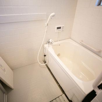 お風呂、浴槽が新しいものになっていました。壁も塗装され、床にはシートが貼られて清潔感アップ。