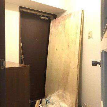 玄関のエントランスからトイレへも。 ※クリーニング前の写真です。