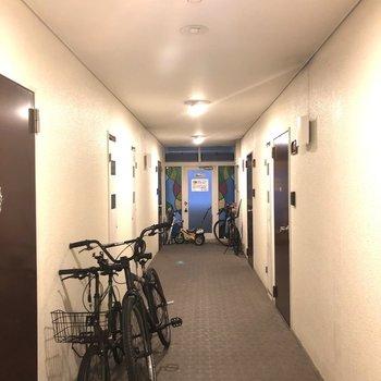 内廊下は雨でも安心。