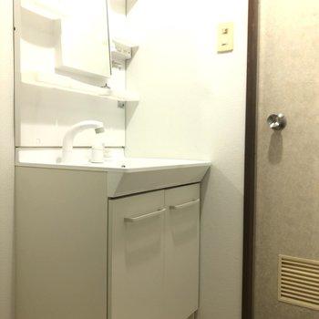 洗面台の横にはタオルの収納棚を置いたら便利ですね!