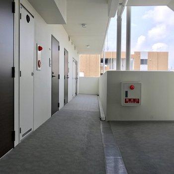 駐輪スペースは共用廊下。1番奥のお部屋だから停めやすいね。