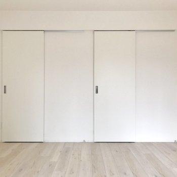 右はキッチンへ、左はウォークインクローゼット(※写真は9階の同間取り別部屋、清掃前のものです)