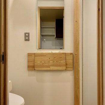 トイレ兼脱衣所に入ると大きめの鏡が。