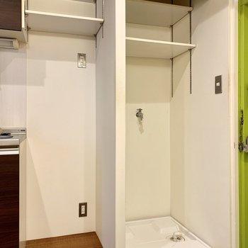 キッチン横に冷蔵庫と洗濯機置き場。洗濯機はロールカーテンで隠せます。
