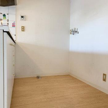キッチンの中に、洗濯機置き場があります。※写真は3階の同間取り別部屋のものです