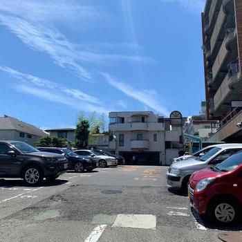 ファミレスの駐車場を抜けるとマンション。