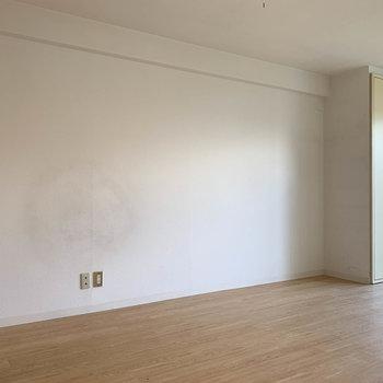 両サイドの壁はシンプル。家具が置きやすそう。※写真は3階の同間取り別部屋のものです