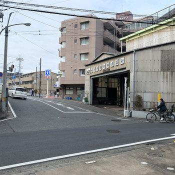 T字路沿いのアパートです。