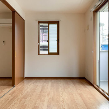 【洋室】窓の多いお部屋です。