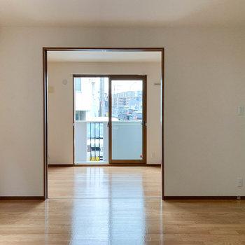 【LDK】キッチンから左側。洋室とは引き戸で繋がります。