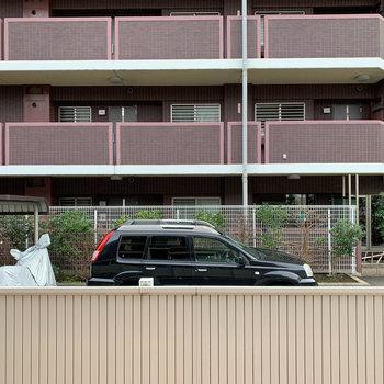 リビングの窓からの眺望は、お向かいのマンションが見えます。