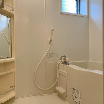 追い炊き付きのお風呂です。小窓があります。
