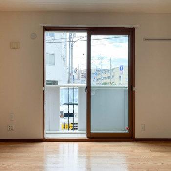 【洋室】こちらの洋室にバルコニーがあります。