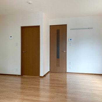 【LDK】キッチンから右側。扉は脱衣所や玄関に繋がっています。
