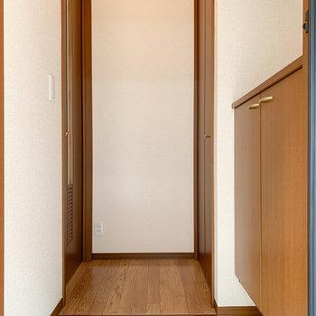 玄関部分へ。