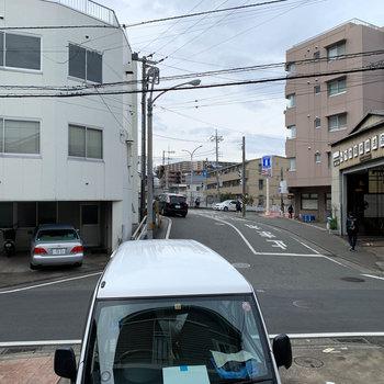 バルコニーからの眺望は、アパートの駐車場と目の前の通り。
