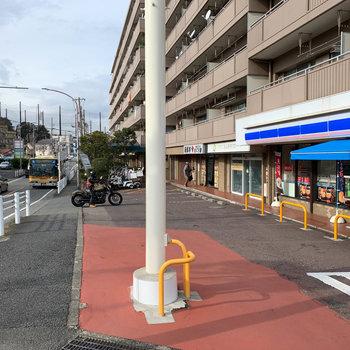 バス停前にはコンビニがありました。