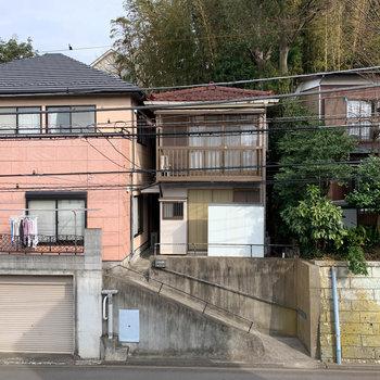 眺望は道路を挟んで向かいのお家。