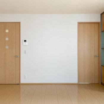 【LDK】窓側から。右の扉は6.5帖の洋室へ。左の扉は廊下へ繋がります。
