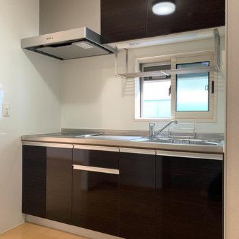 【LDK】キッチンの小窓にも雨戸が付いてるんです。