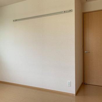 【洋室6.5帖】カクッとしたところに扉が。リビングと繋がっています。