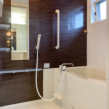 浴室乾燥や暖房、追い炊き付きのお風呂です。小窓もあります。