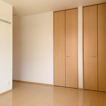【洋室6.5帖】こちらのお部屋にも収納が。