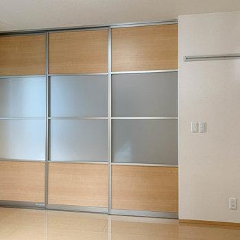 【洋室6帖】引き戸を閉めると、空間を分けられます。