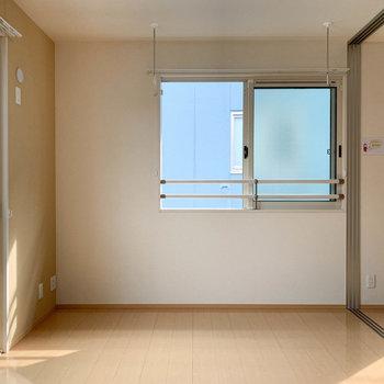 【洋室6帖】窓が多いので空気の入れ替えもしやすいですね。