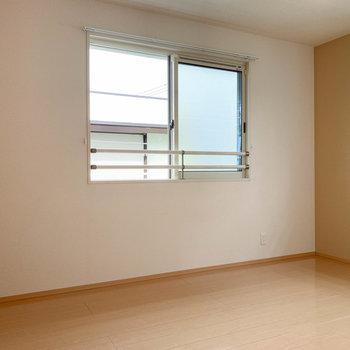 【洋室6.5帖】こちらも2面に窓があります。