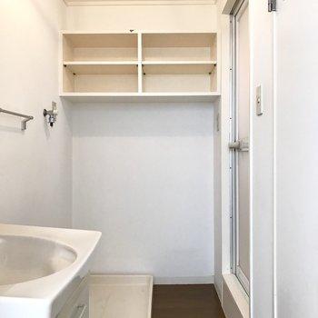 サニタリーはオープンに。あの棚、すごく便利です◎(※写真は6階の同間取り別部屋、補修前のものです)
