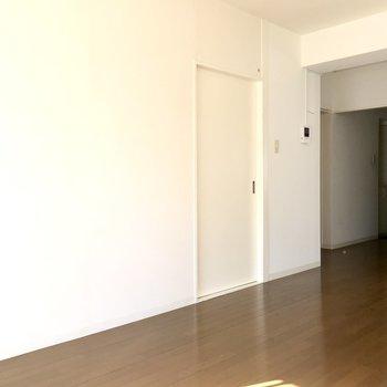 洋室へはあの扉を開いて(※写真は6階の同間取り別部屋、補修前のものです)