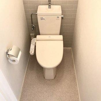 トイレもシンプルなのに可愛い(※写真は6階の同間取り別部屋、補修前のものです)