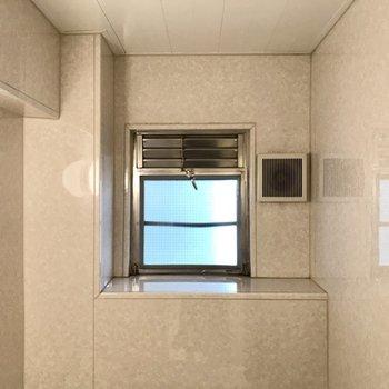 あの窓辺にはアヒルさんを並べたい(※写真は6階の同間取り別部屋、補修前のものです)