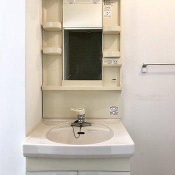 コンパクトですがシングルレバーの洗面台(※写真は6階の同間取り別部屋、補修前のものです)