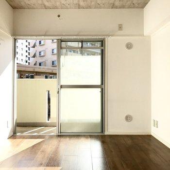 洋室だってこの日当たり!さりげない天井の模様が◎(※写真は6階の同間取り別部屋、補修前のものです)