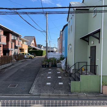 周辺は住宅街で静か