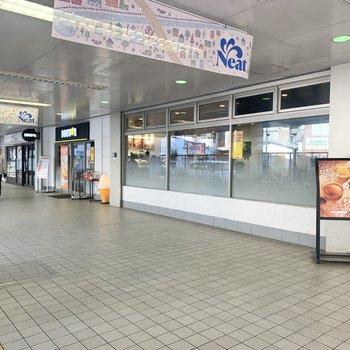駅中にはカフェが入っています