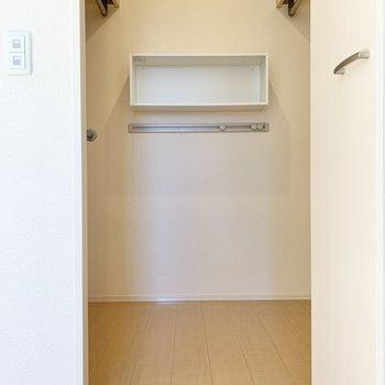 【洋室】正面のスペースにお気に入り雑貨を並べたら、開ける度ワクワク!