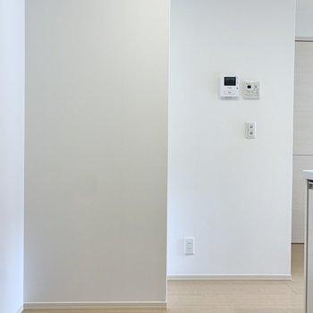 冷蔵庫は壁沿いに