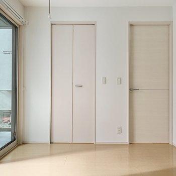 【洋室】左手の扉の先がクローゼット