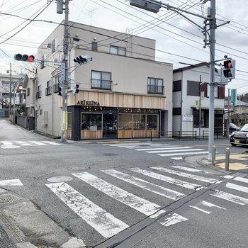 駅前にはカフェが数店舗あります