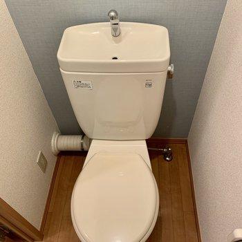ブルーのクロスが爽やかなトイレです
