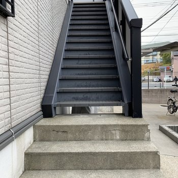 階段幅はやや狭めなので、大きい荷物の際は確認を!