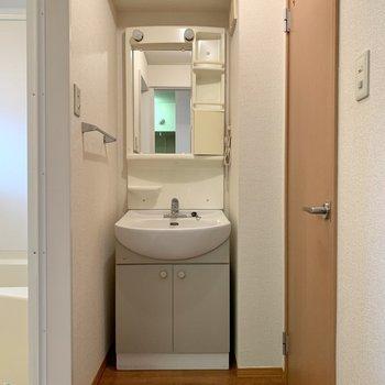 収納ポケット付き洗面台で朝の身支度もしやすいです