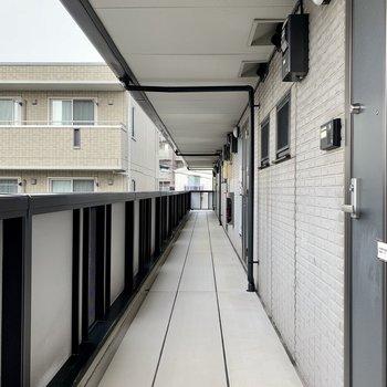 屋根付き共用部で雨の日も濡れませんね